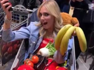 Festa per Fedez al supermercato: sui social è polemica