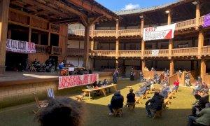 Lavoratori dello spettacolo occupano il Globe Theatre a Roma