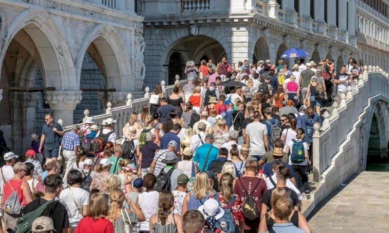Turismo, un green pass per i viaggi in Italia: sarà attivo da metà maggio