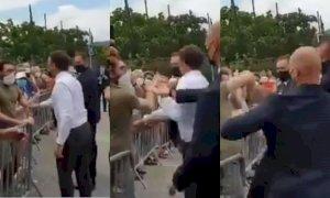 Emmanuel Macron schiaffeggiato da un uomo. Due arresti VIDEO