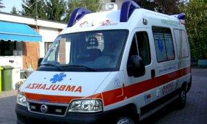Colpisce due motociclisti durante un sorpasso e scappa senza prestare soccorso. Denunciato dalla madre