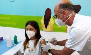Prima dose di vaccino con la siringa senza ago somministrata a una 31enne