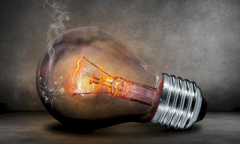 Aumenti luce e gas, il governo corre ai ripari: ecco il decreto taglia-bollette
