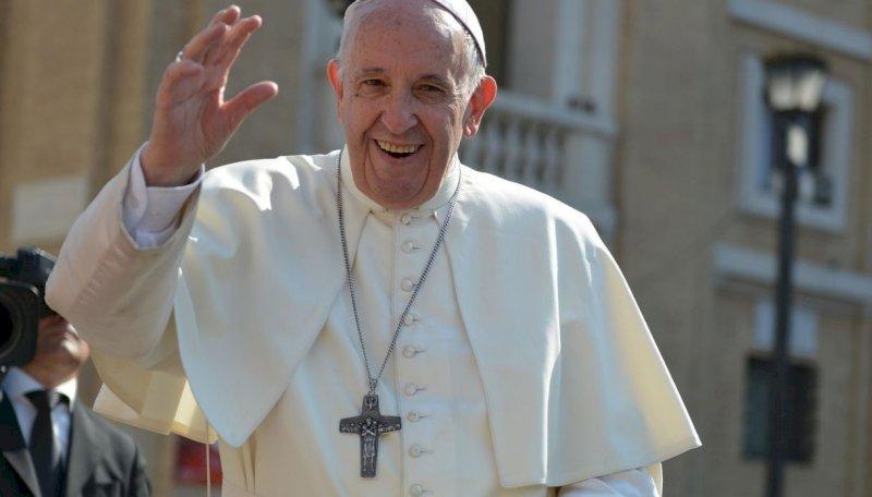 Papa Francesco: critiche alla croce pettorale che indossa sul petto. Per molti simbolo massonico